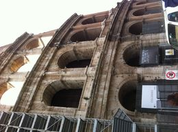 Photo of Rome Skip the Line: Ancient Rome and Colosseum Half-Day Walking Tour Vor dem Kolosseum