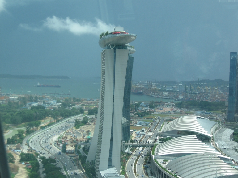 the new hotel marina bay sands looks like a space ship on top great view