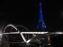 A pedestrian bridge over the Seine River with the Eiffel Tower. - December 2008