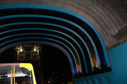 Nous sommes dans le bus London by night et nous passons sous le pont du Tower Bridge. , Crazy Nany - March 2014
