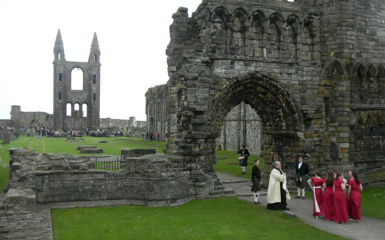 4j6-St. Andrew Avvey ruins-wedding about to begin - Edinburgh