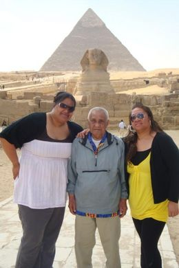 Standing in front of the Sphinx. What a background!, Seini - April 2009