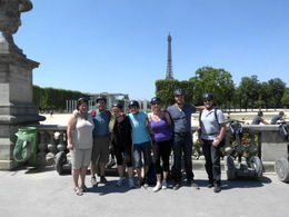 groupsphoto in front off the eifel tower , JP - August 2012