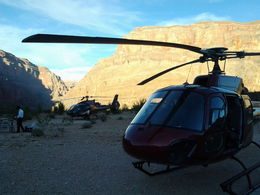 Photo of Las Vegas Grand Canyon West Rim Deluxe Sunset Helicopter Tour Atterrissage dans le Grand Canyon