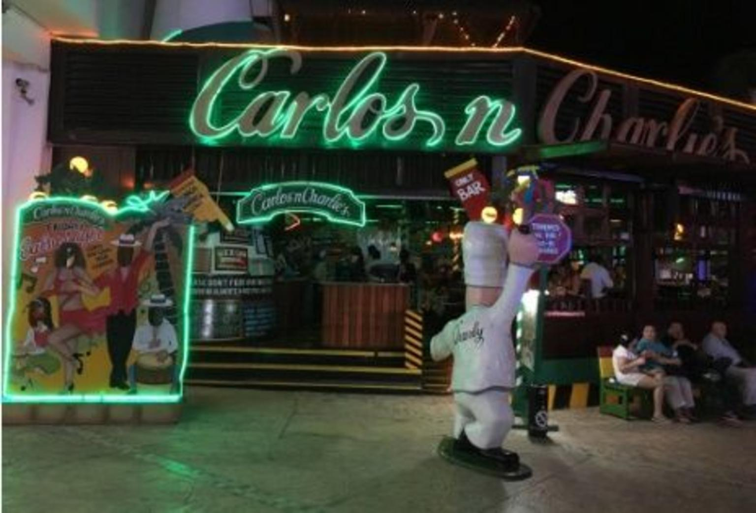 Cancun Nightlife Tour: Open Bar at Coco Bongo and Dinner at Carlos 'n Charlie's