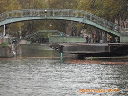 Photo of Paris Seine River Cruise and Paris Canals Tour Un pont tournant...