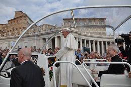 This is how close we were as the Pope drove by in the Popemobile! , Tom and Josiane - October 2015
