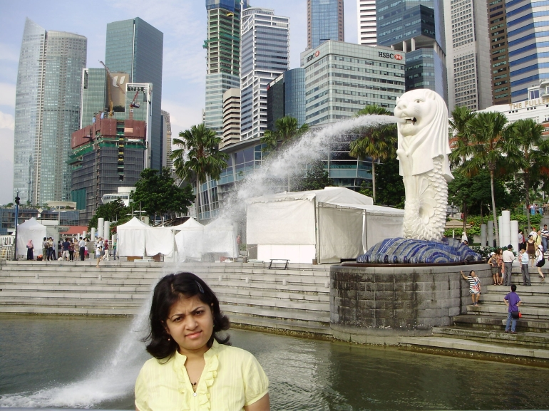 Merlion splashing water on Shruti - Singapore