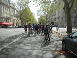 Photo of Paris Paris Super Saver: Day Bike Tour, Evening Bike Tour and Seine River Cruise Listening to an explanation