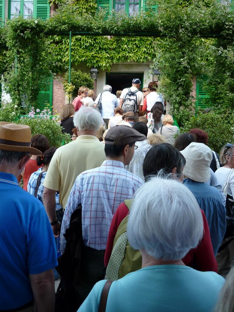 Line for Monet's home - Paris