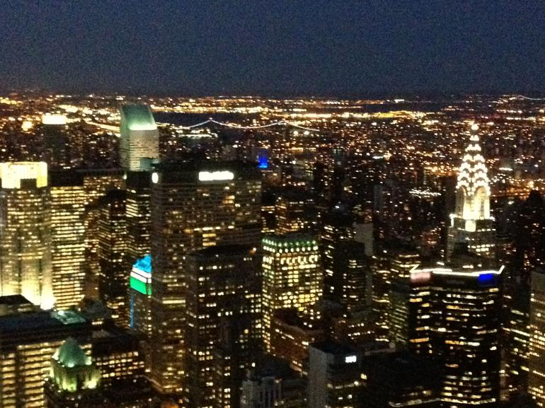 une vue de nuit de Manhattan - New York City