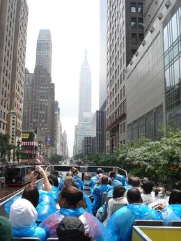 Photo de New York Tour de New York City à arrêts multiples A Rainy Day on the Bus