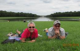 Grahame and Glynis far from the madding crowds! This was a picnic that we will never forget, with a magnificent view of Versailles. , Chats - August 2014