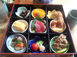 This boxed lunch was already on the tables when we arrived at the restaurant. When we were seated, bowls of hot rice and hot soup with udon noodles were served. , Naomi W - May 2014