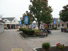 Photo of New York City Woodbury Common Premium Outlets Shopping Tour une allée
