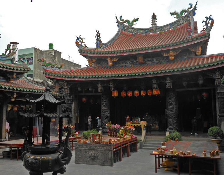 Court and offerings in Lung Shan Temple at Lukang - Taipei