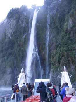 Foto von Queenstown Full-Day Milford Sound and Fiordland National Park Tour including Milford Sound Cruise and BBQ Lunch from Queenstown waterfall
