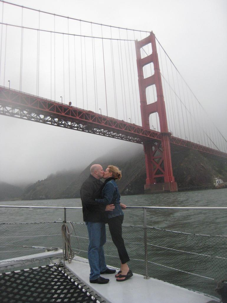 A kiss under the Golden Gate - San Francisco
