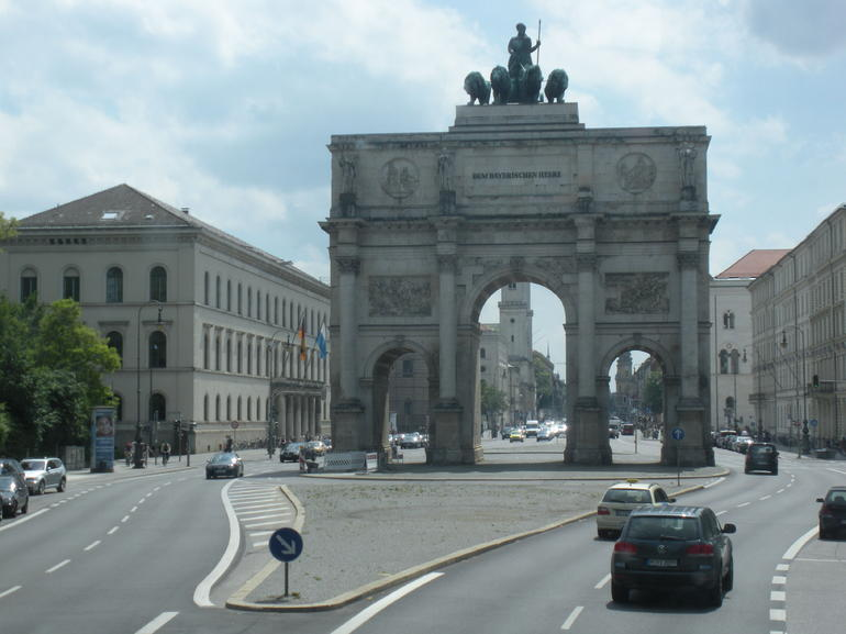 111 Siegestor and TouchInPicRT=main building of Ludwig-Maximilians-Universit�t (the University of Munich - Munich