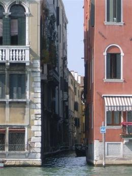 A narrow passage -- gondolas fit, though!, Kevin S - August 2009