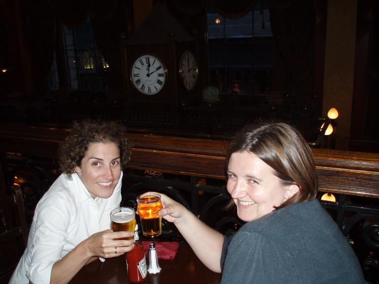 London pub tour: a few drinks later....getting the beer goggles on!!
