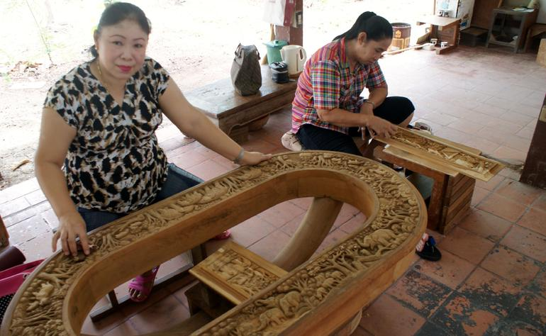 The skilled crafts women carving their designs. - Bangkok