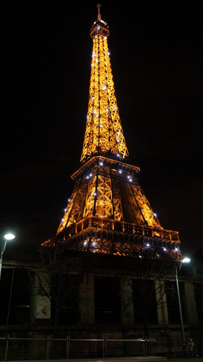 The Eiffel Tower when it sparkles - Paris