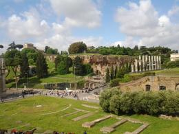 Photo of Rome Skip the Line: Ancient Rome and Colosseum Half-Day Walking Tour vue du Colisée