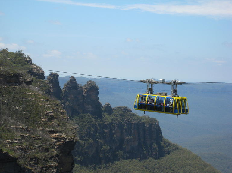 3 sisters on Blue Mountains with sky train. - Sydney