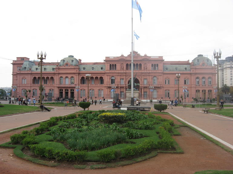 Up close view of the Casa Rosada.