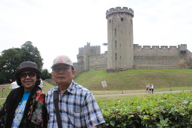 before the gate of Warwick Castle - London