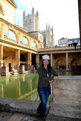 down the Roman Bath and the hot spring, still with a view of the Bath Abbey at the background... , CECILE - September 2011