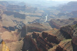 Foto von Las Vegas Grand Canyon Südrand - Deluxe Rundflug im Flugzeug Looking at the Colorado River from the helicopter