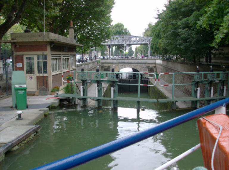 Entering a lock - Paris
