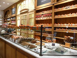 Window shopping at Elizabeth chocolatier , Rosane - December 2011