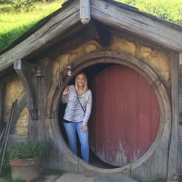 This is the Hobbit Hole of the resident Artist who maintains the set, the only Hobbit Hole that we were allowed to go partly inside of, our tour guide Alice took this pic : , Trossi - May 2016