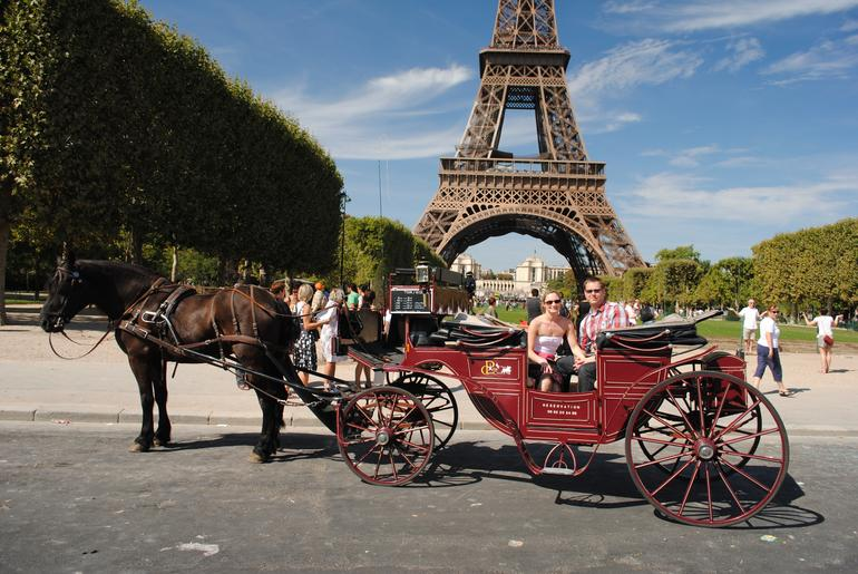 Romantic horse and carriage ride in Paris - Paris
