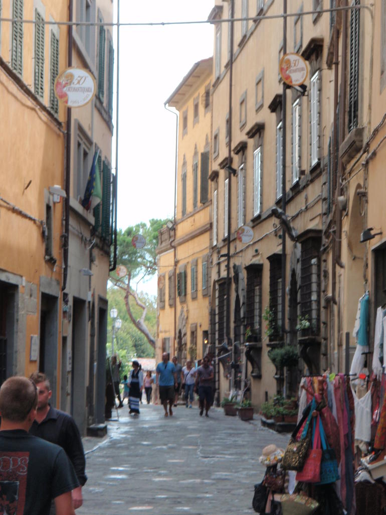 Walking and shopping in Cortona - Rome