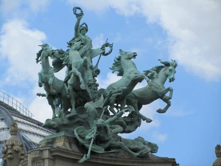 Gorgeous statues - Paris