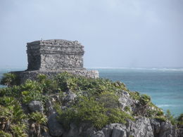 One of the buildings of Tulum with the ocean behind. , Keverley G - February 2016