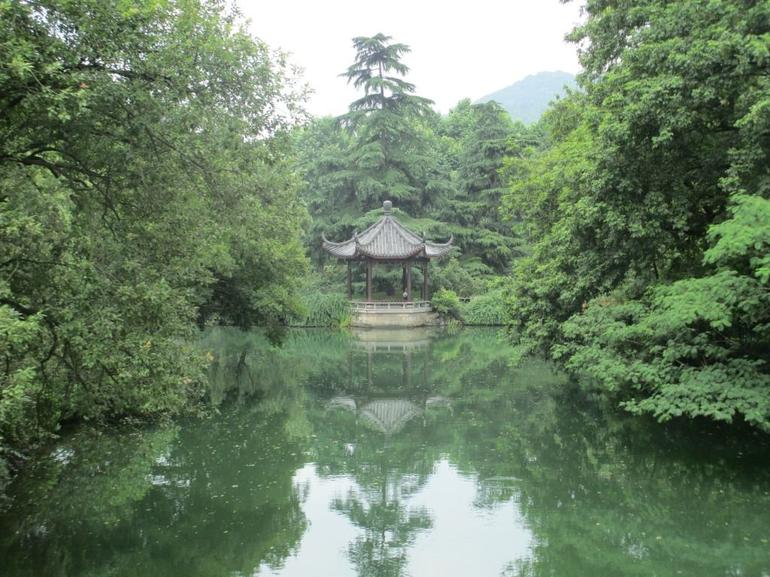 Pavilion on the edge of the lake. - Hangzhou