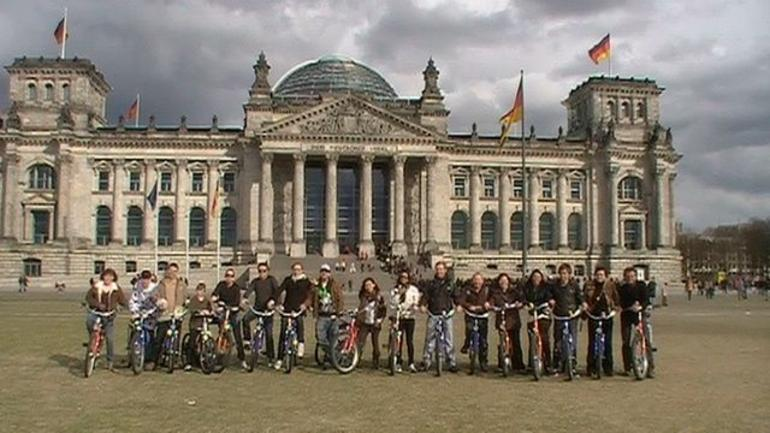 Group photo of bike tour in Berlin - Berlin