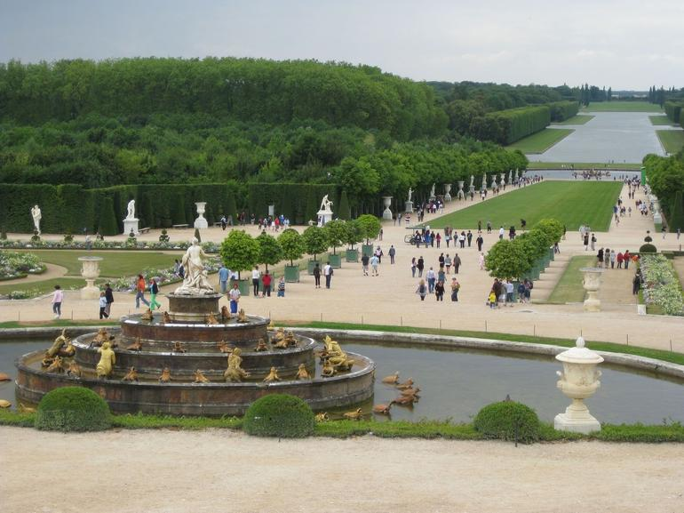 People in the garden of Versailles - Paris