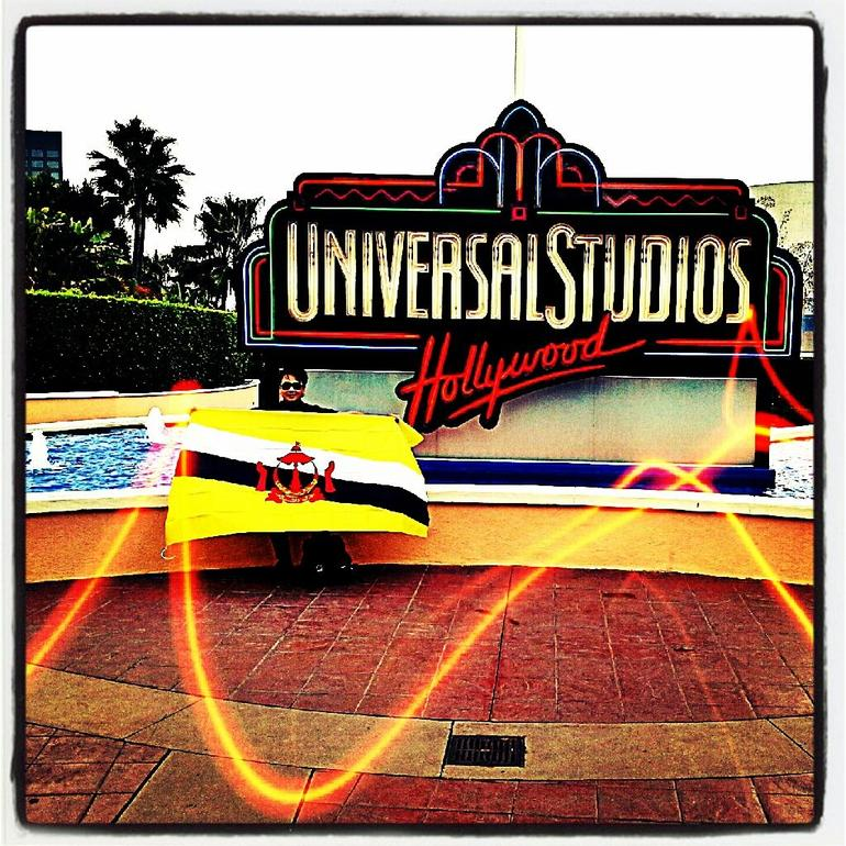 Me, me nation's flag  and  Universal Studio Hollywood!!! XD - Los Angeles
