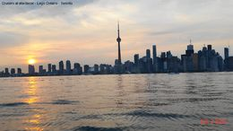 The boat is not the best, but at dusk the lake is calm and you can see the best of the Toronto skyline. El bote no es de lo mejor, pero al atardecer el lago está muy calmo y se puede ver lo ... , Sandra V - September 2015