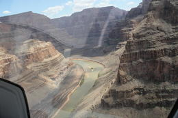 Photo of Las Vegas Grand Canyon West Rim Combo: Luxury SUV, Helicopter and Boat Hélico-grand canyon