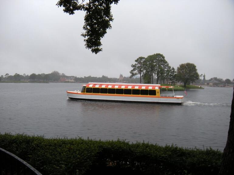 Boat sailing by - Orlando