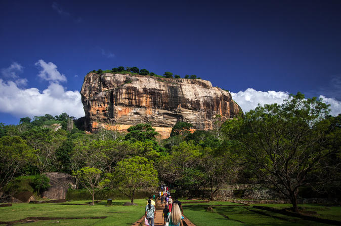 All-Inclusive Private Day Trip to Sigiriya Lion Rock and Dambulla Golden Temple from Colombo