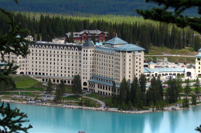 Private Arrival Transfer: Calgary International Airport to Lake Louise