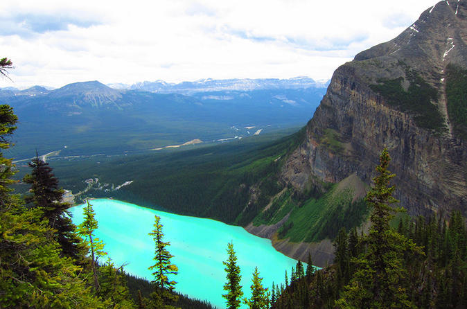 Private Departure Transfer: Lake Louise to Calgary International Airport